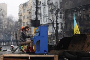Il messaggio della foto: una pianista suona fra le barricate di Kiev - @ Anatolii Stepanov, Demotix/Corbis