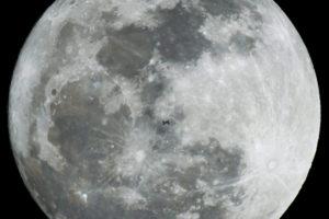 L'attrezzatura adatta: Stazione Spaziale Internazionale vola di fronte alla luna - © Peter Komka, EPA