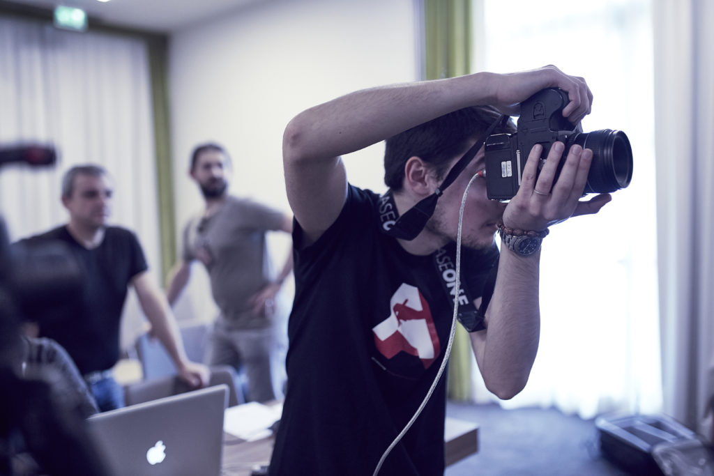 Francesco Scatta durante la lezione sull'Assistenza digitale sul set