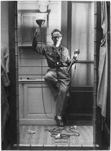 Willy Ronis, Autoportrait aux flashes, Paris (1951)